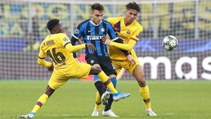 Wagué y Todibo disputan el balón con Lautaro Martínez en el Inter-Barça de la Champions 2019/20