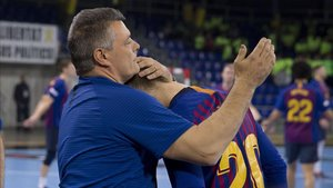 Xavi Pascual dfelicitó uno por uno a todos sus jugadores, aquí con Aleix Gómez