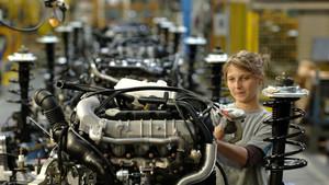 Una operaria en una fábrica del grupo PSA.