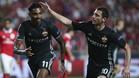 Alan Dzagoev felicita a Vitinho, tras anotar el primer gol ruso de penalti