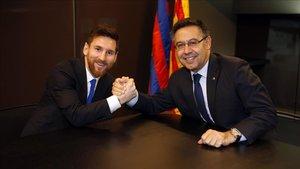 Bartomeu, junto al primer capitán Leo Messi