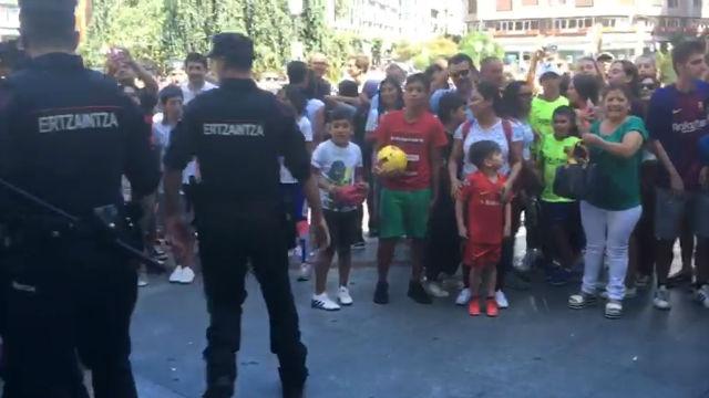 Bilbao recibe a Bartomeu pidiendo a gritos el fichaje de Neymar