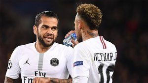 Dani Alves y Neymar Junior durante un partido del PSG