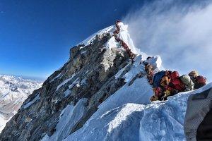 Esta foto tomada el 22 de mayo de 2019 y publicada por el Proyecto @nimsdai Posible muestra el intenso tráfico de montañistas que se alinean para pararse en la cima del Monte Everest.