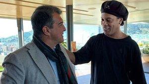 Joan Laporta junto al que fue su primer fichaje mediático, Ronaldinho