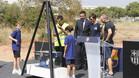Josep Maria Bartomeu, Andrés Iniesta y Susila Cruyff con Pau Prim y Martina González en el momento de colocar la caja de los recuerdos