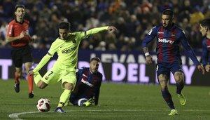 Levante 2 - FC Barcelona 1 - Philippe Coutinho marca de penalty el primer gol para el FC Barcelona durante el partido de ida de octavos de final de Copa del Rey entre el Levante y el FC Barcelona