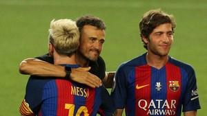 Luis Enrique y Messi se abrazan ante la presencia de Sergi Roberto