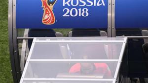 Mateu Lahoz revisa la jugada del penalti durante el Dinamarca-Australia