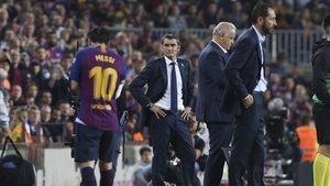 Messi, marchándose del campo tras ser lesionado