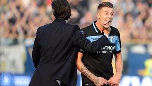Milinkovic - Savic celebra con Inzaghi, técnico de la Lazio, la victoria en Parma (0-2)
