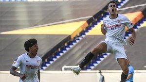 Reguilón celebra el 1-0 ante la mirada de Koundé