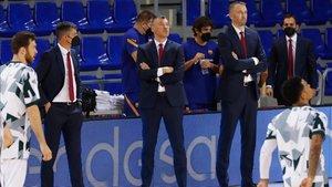 Saras, sigueindo el partido junto a su equipo técnico