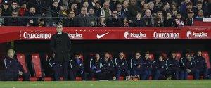 Sevilla FC, 2 - FC Barcelona, 0, Ernesto Valverde preocupado en el banquillo.