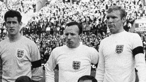 Stiles (centro), flanqueado por Bobby Moore (derecha) y Paul Bonetti (izquierda)