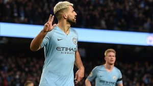Agüero señalando sus tres goles