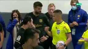 El árbitro le explicó a Messi, Piqué y Koeman por qué había expulsado a Lenglet