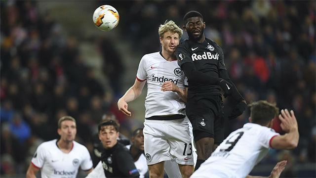 El cabezazo de Onguene para adelantar de nuevo al Salzburgo frente al Eintracht