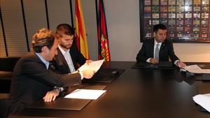 Canales y Piqué, junto a Bartomeu en la renovación de 2014