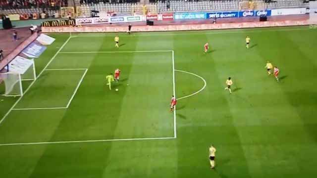 Courtois se confía con el balón en los pies, le roban la pelota y recibe gol con Bélgica
