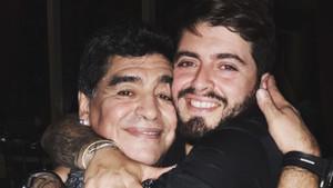 Diego Maradona jr. y su padre se abrazan