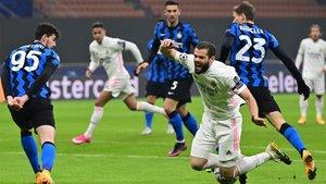 Este inocente penalti de Barella a Nacho desniveló el partido