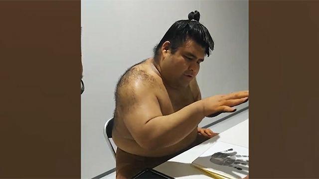La estrella de sumo,Takayasu Akira, no se complica la vida a la hora firmar autógrafos