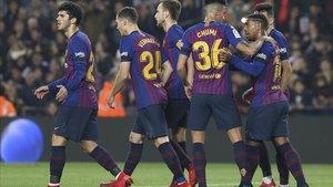Los jugadores del Barça celebran el gol de Denis Suárez