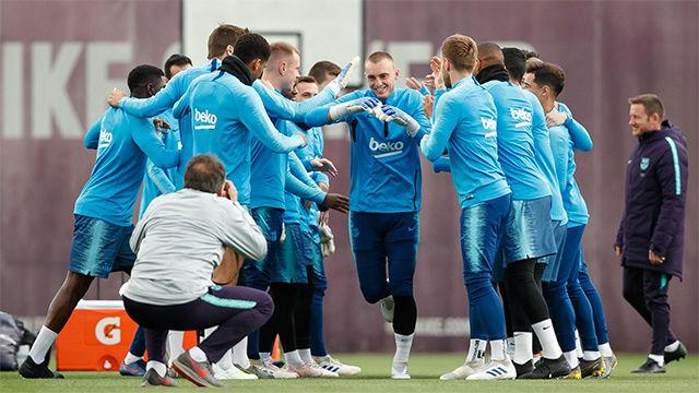 Los jugadores del Barça felicitan a Cillessen con un pasillo de collejas