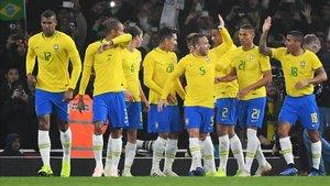 Los jugadores de la Seleçao hacen piña tras conseguir un gol