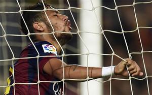 Neymar estrelló dos balones en el larguero