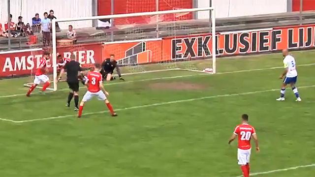 ¡LO NUNCA VISTO! Un árbitro marca un gol y lo da por bueno