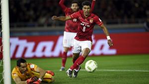 Paulinho estuvo en campo con el Guangzhou