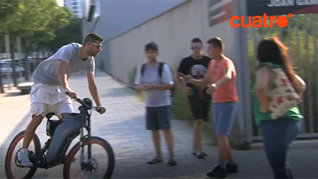 Piqué, supérsonico en bicicleta eléctrica
