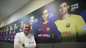 Txus Lahoz, en el Palau junto al panel de la plantilla de fútbol sala