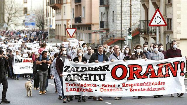 Una multitud protesta en la calle y se suspende el partido Eibar - Real Sociedad