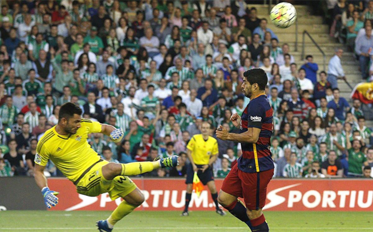 44bec77cbc33e antonio-adan-despeja-balon-mano-mano-con-luis-suarez-del-betis-fc-barcelona -liga-2015-16-1462049380254.jpg
