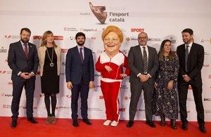 La Capgrossa no faltó a su cita con la Festa de l¿Esport Català y pasó por el photocall junto a los representantes de la entidad de loterias catalanas siendo la nota divertida del acto.