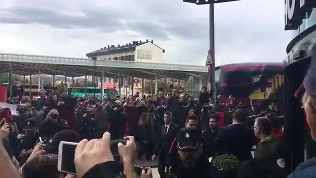El espectacular recibimiento del FC Barcelona a su llegada para el partido contra el Villarreal