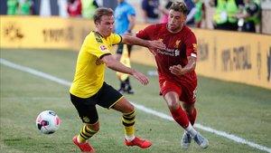 Götze disputando un balón durante un amistoso ante el Liverpool
