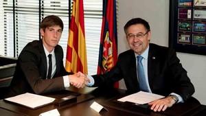 Juan Miranda y Josep María Bartomeu tras firmar la renovación