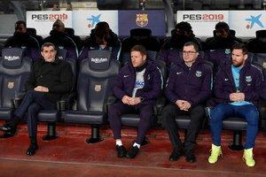 Leo Messi sigue el clásico desde el banquillo junto a Ernesto Valverde al comienzo del partido de ida de las semifinales de Copa del Rey entre el FC Barcelona y el Real Madrid en el Camp Nou