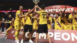 Los lesionados Lozano, Esquerdinha y Ferrao, con la Copa de España
