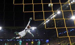 Marc-Andre ter Stegen portero del FC Barcelona detiene un disparo a puerta durante el partido del grupo F de la Champions League entre el Borussia Dortmund y el FC Barcelona en Dortmund,