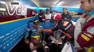 Marc consuela a Àlex tras la carrera de Australia
