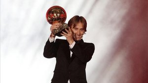 Modric, levantando el Balón de Oro