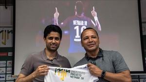 El padre de Neymar y el presidente del PSG en el Instituto Projeto Neymar