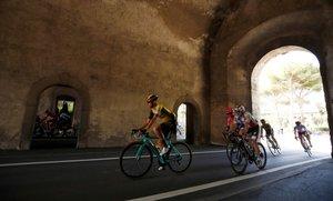 El pelotón pasa por Tuscania durante la cuarta etapa del Giro de Italia, de 235 kilómetros, ente Orbetello y Frascati, Italia.