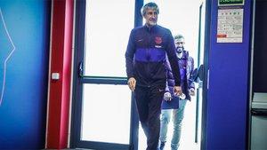 Quique Setién, entrenador del FC Barcelona, entra en la sala de prensa de la Ciudad Deportiva Joan Gamper
