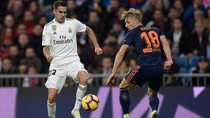 Reguilón ante Wass, en el Real Madrid - Valencia